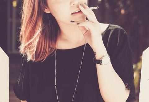 Dohányzó nő lány
