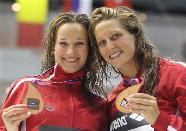 Kormos Villő (jobbra) és Reisinger Zsófia bronzérmet nyert női szinkrontoronyugrásban a berlini úszó Európa-bajnokság keddi versenynapján. MTI Fotó: Kovács Anikó